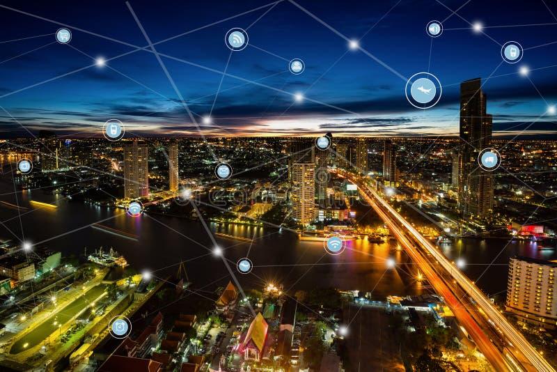 Red de comunicaciones elegante de la ciudad y de la radio, distrito financiero imagen de archivo libre de regalías