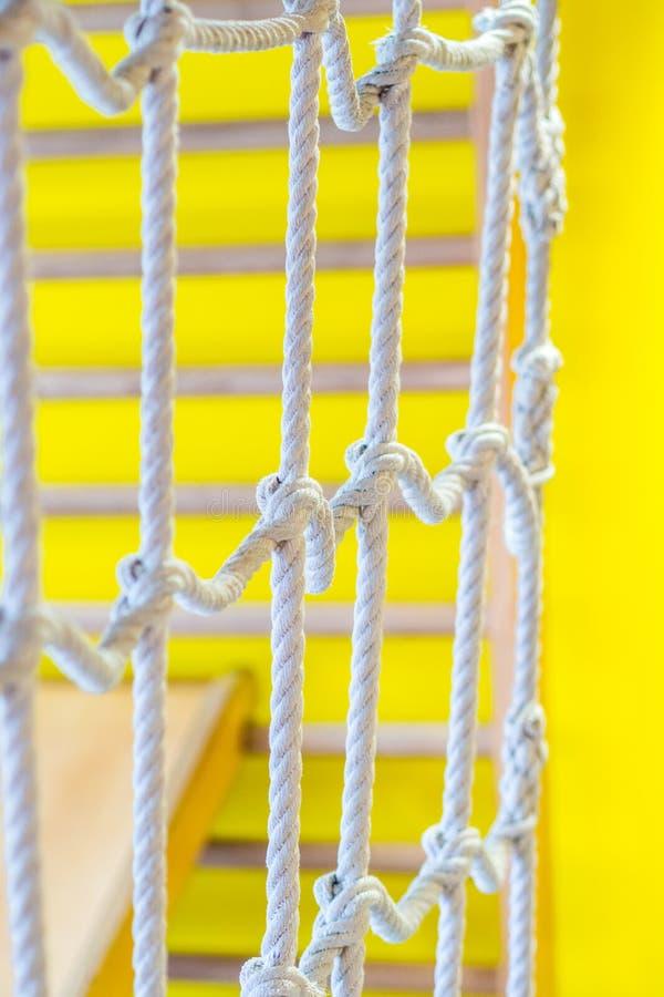 Red de cuerdas en el patio de los niños interiores foto de archivo