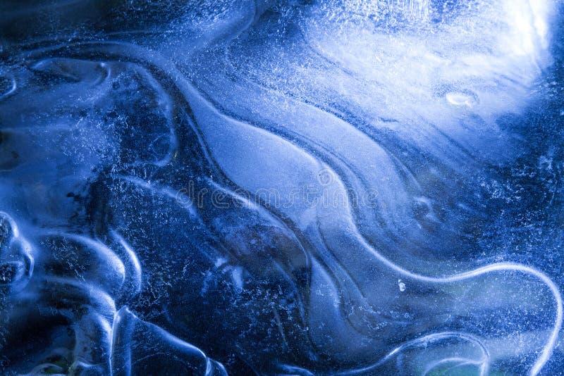 Red de grietas en la capa congelada sólida gruesa de hielo con la luz brillante foto de archivo libre de regalías
