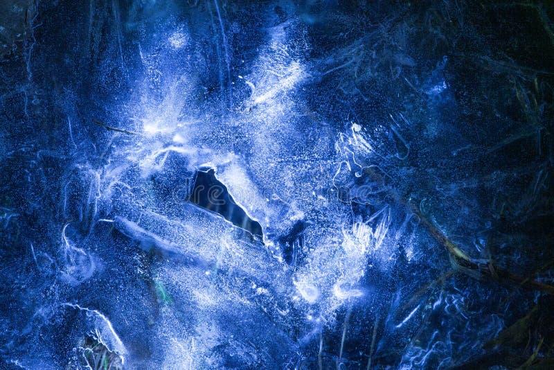 Red de grietas en la capa congelada s?lida gruesa de hielo con la luz brillante imagen de archivo