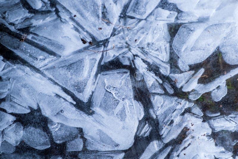 Red de grietas en la capa congelada s?lida gruesa de hielo con la luz brillante foto de archivo