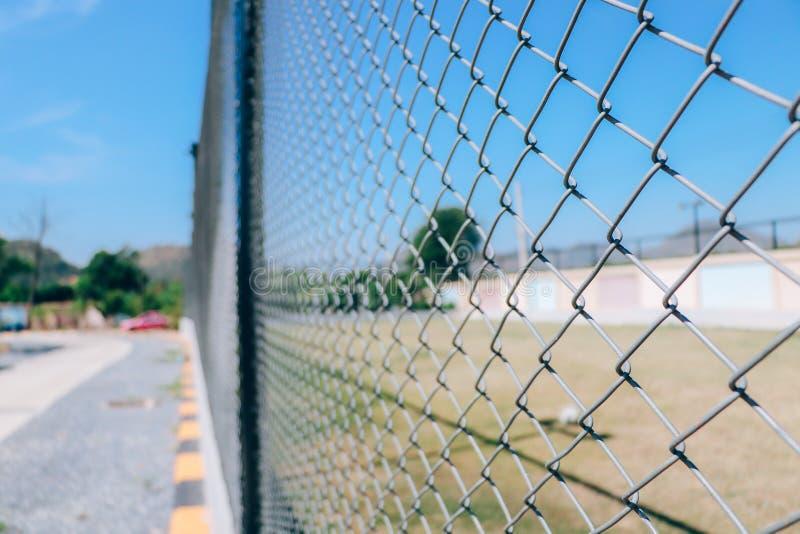 Red de la cerca o del metal de alambre del campo de fútbol fotografía de archivo libre de regalías
