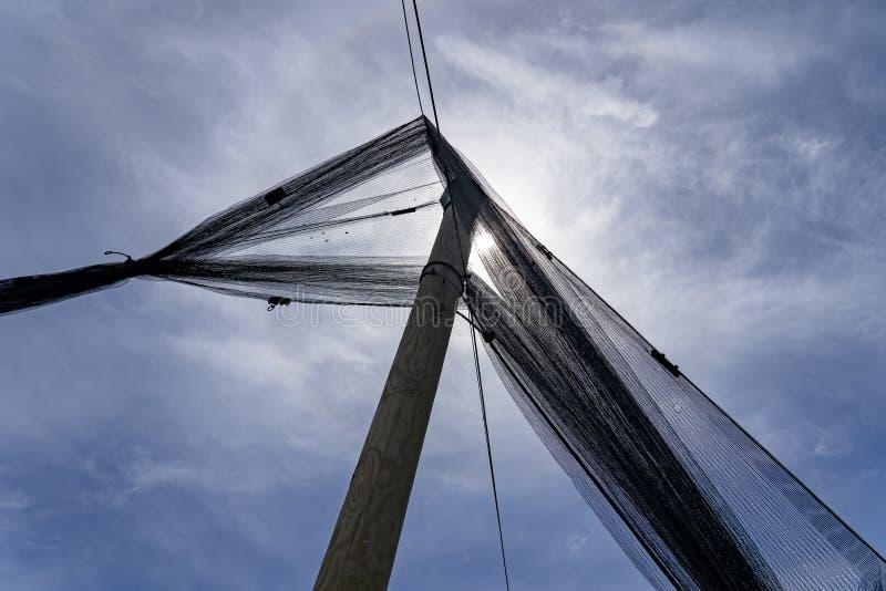 Red de la protecci?n del saludo contra The Sun y cielo azul con las nubes imagen de archivo libre de regalías
