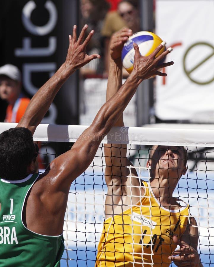 Red de latvia el Brasil del voleibol de la playa foto de archivo