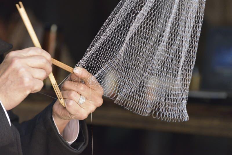 Red de pesca del manual que teje imagen de archivo