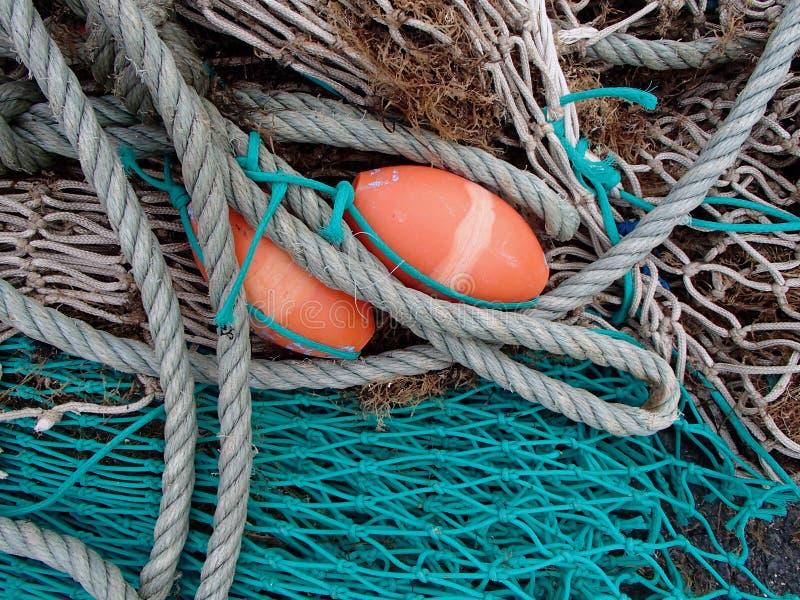 Red de pesca del verde azul y exhibición de los flotadores de la naranja fotos de archivo libres de regalías