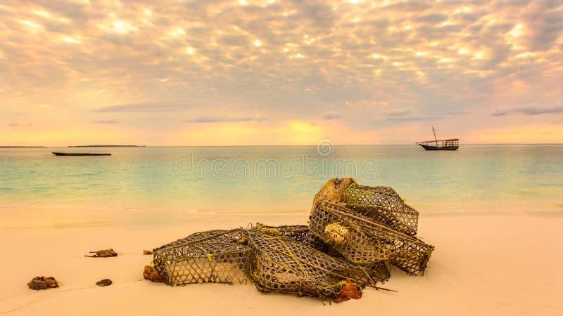 Red de pesca en la playa foto de archivo