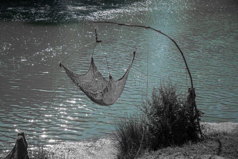Red de pesca en los bancos del río fotos de archivo libres de regalías
