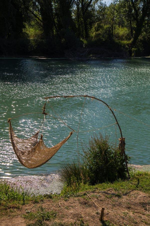 Red de pesca en los bancos del río foto de archivo