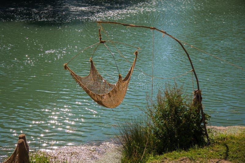 Red de pesca en los bancos del río fotografía de archivo