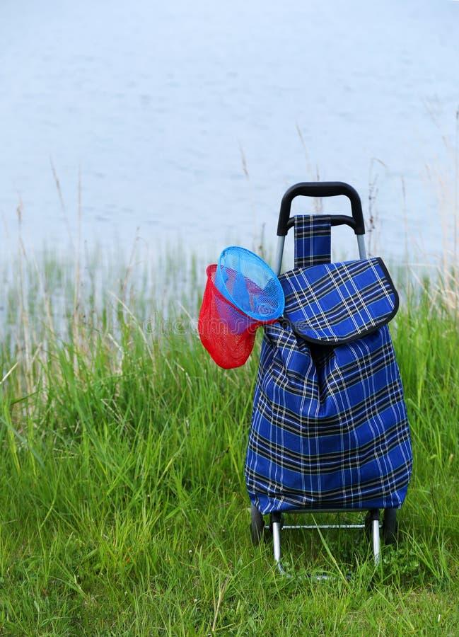 Red de pesca de los niños en bolso de la carretilla fotos de archivo