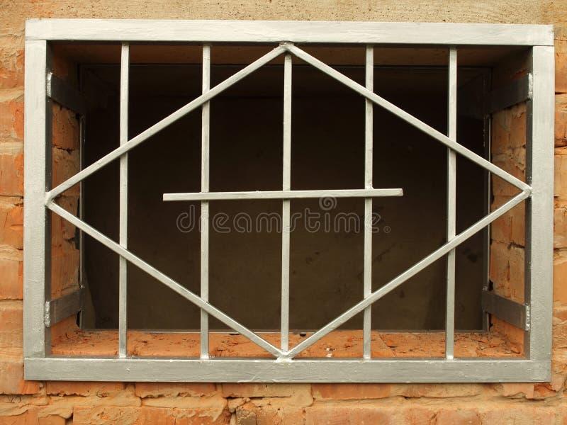 Red del metal en la ventana imágenes de archivo libres de regalías