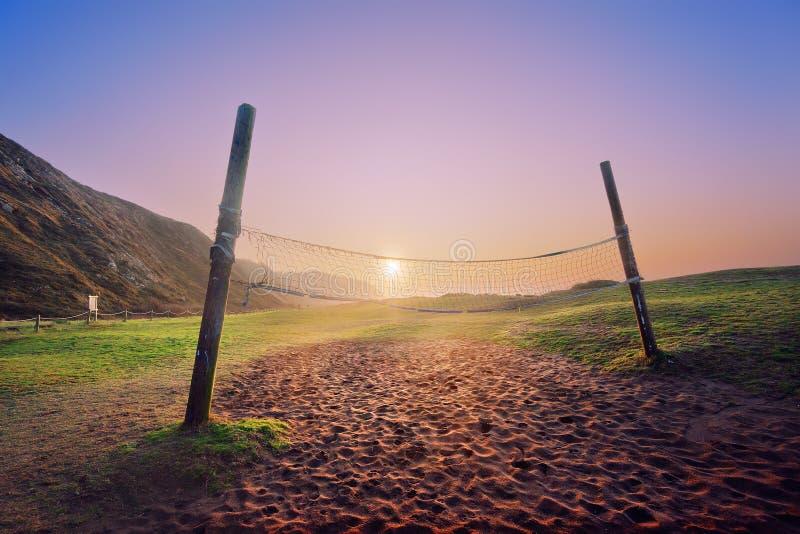 Red del voleibol en la playa en la puesta del sol foto de archivo libre de regalías