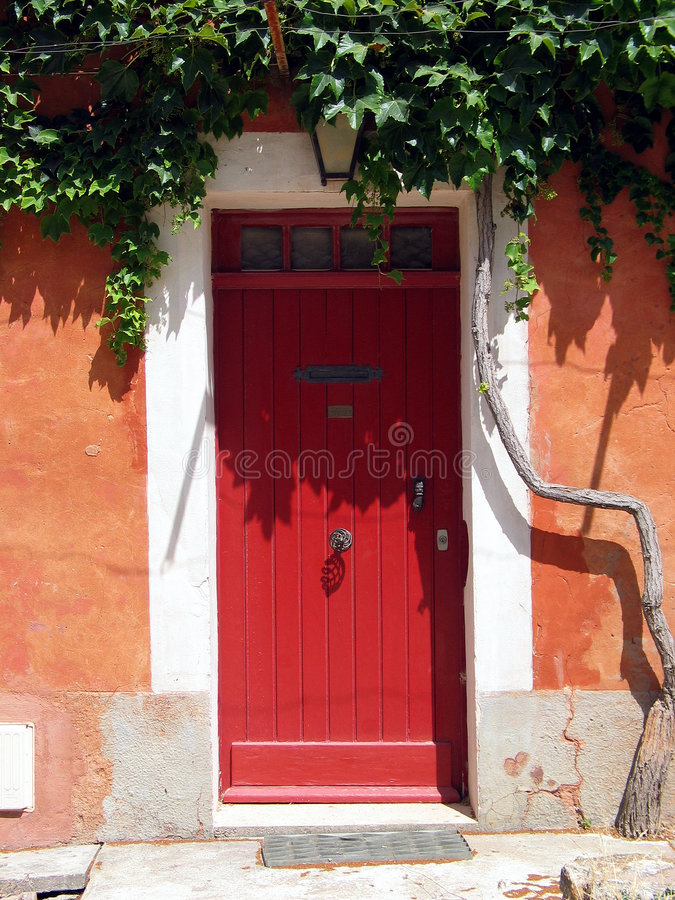 Red door in Tuscany. Italy royalty free stock photos