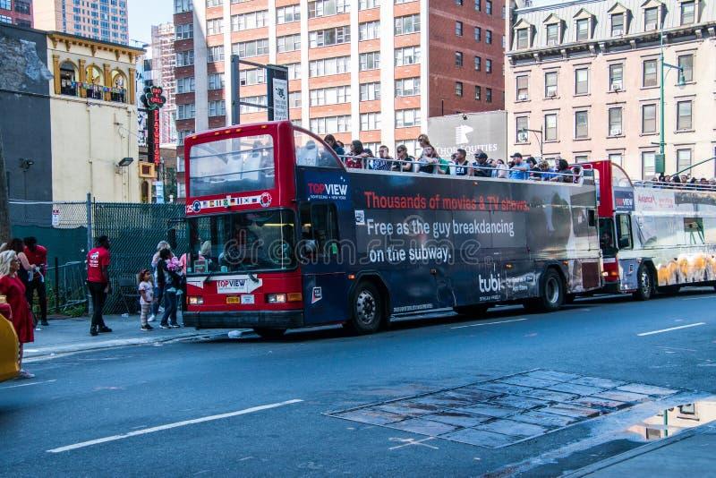 Red duplo decker New York City Hop em Hop fora ônibus turísticos imagem de stock