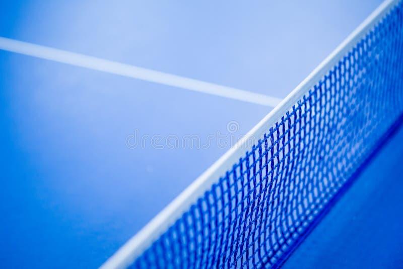 Red en la tabla de ping-pong azul imagen de archivo