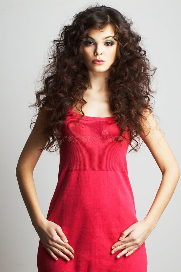red för brunettklänningflicka fotografering för bildbyråer