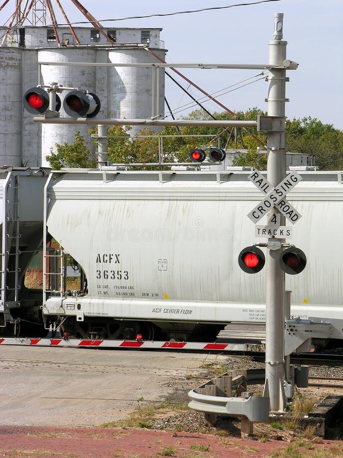red för crossinglampajärnväg royaltyfria bilder