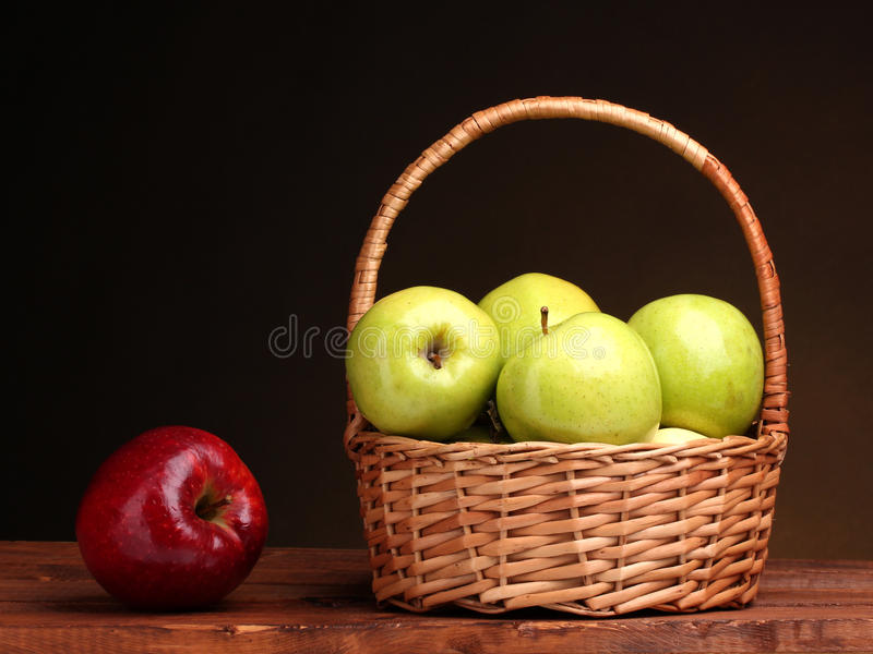 red för green för äppleäpplekorg saftig royaltyfri foto