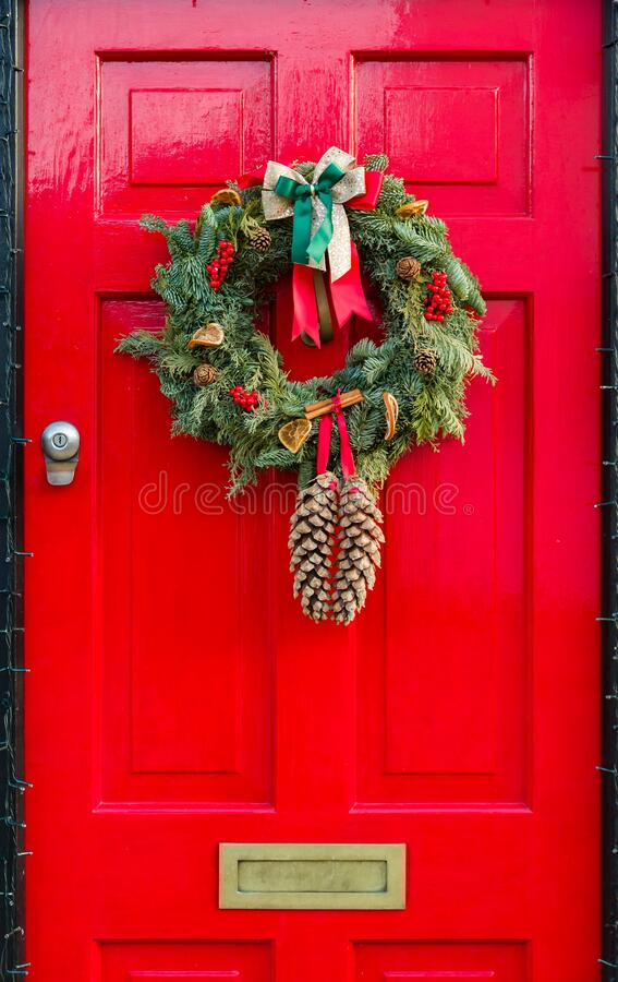 Free Red Front Door To UK House With Christmas Wreath Royalty Free Stock Photography - 196989777