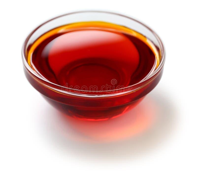 Red gömma i handflatan olja arkivfoton