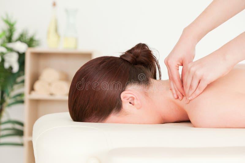 Red-haired Frau, die eine rückseitige Massage empfängt stockfotos