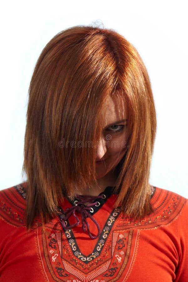 Red-haired Mädchen, das zur Kamera schaut stockbild