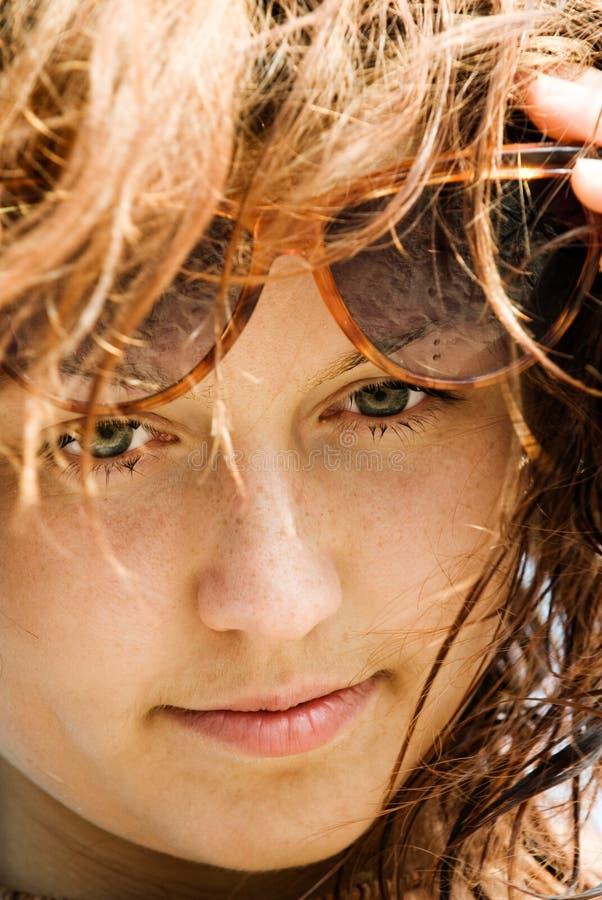 Red-haired mit Gläsern stockbilder