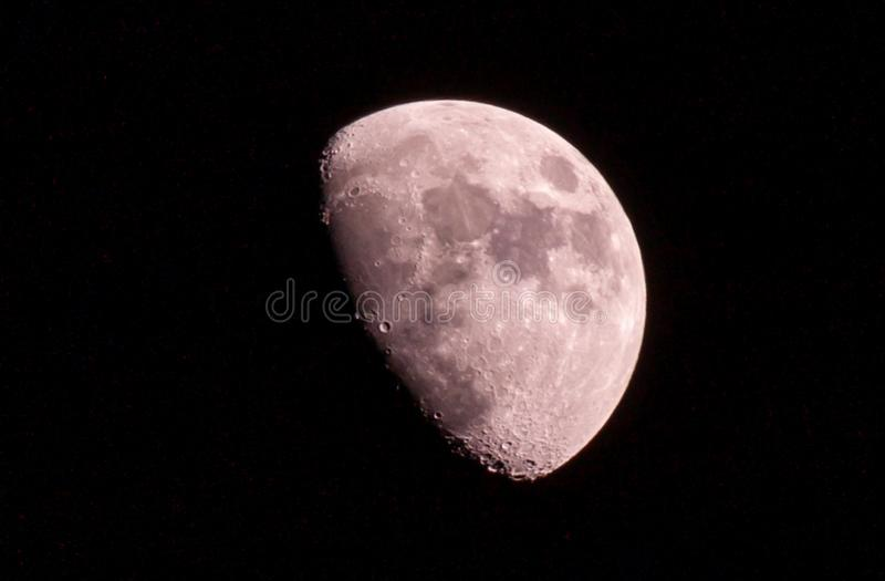 Red Half maan is een astronomisch lichaam... 's nachts. stock afbeeldingen