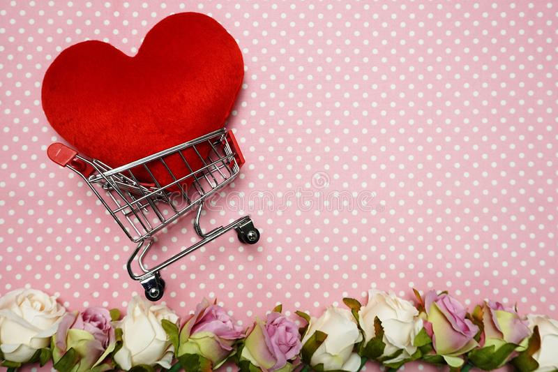 Red Heart and Mini Trolley Shopping Cart on Pink Polka fotografia stock