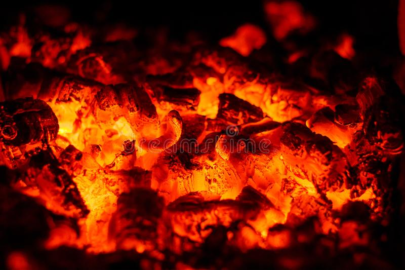 Red-hot άνθρακες Ακτινοβολώντας φω'τα στους άνθρακες στοκ φωτογραφία