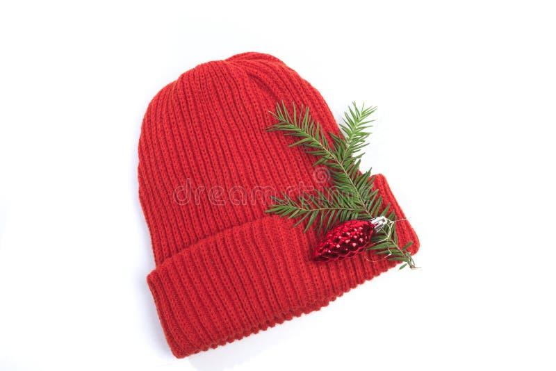 Red Knit Wool Hat med isolerad på vit bakgrund - bild arkivfoto