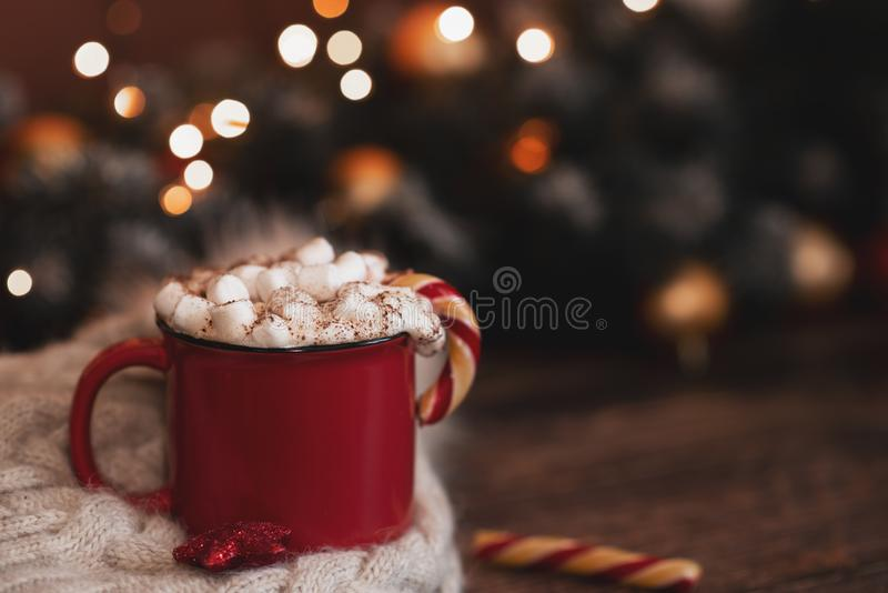Red mugs with hot chocolate and marshmallows and gingerbread cookies. Christmas concept stock images