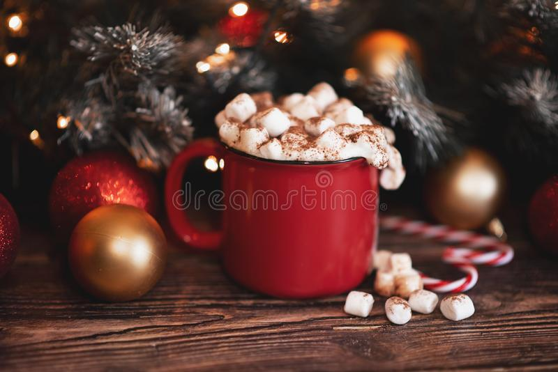 Red mugs with hot chocolate and marshmallows and gingerbread cookies. Christmas concept stock photos