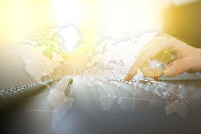 Red mundial en la pantalla virtual Mapa del mundo e iconos Concepto del Internet Medios sociales y comunicación global libre illustration