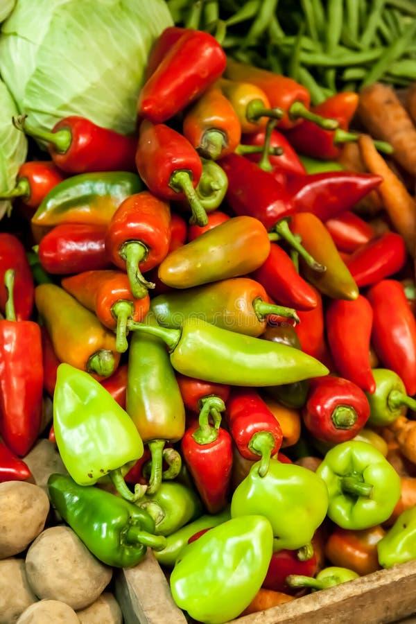 Red och paprikor (paprika) på marknaden royaltyfria foton