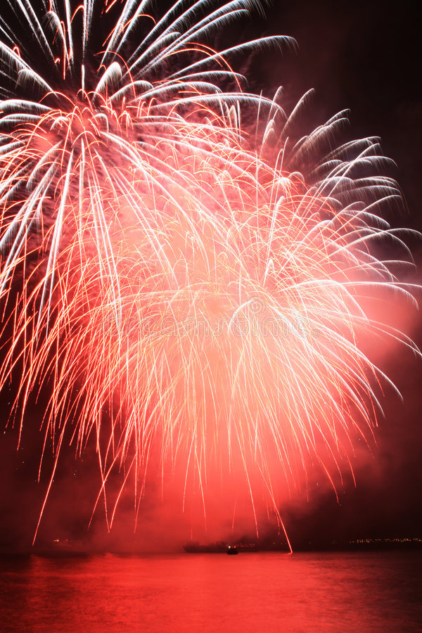 Free Red Pompom Fireworks Royalty Free Stock Images - 5162459