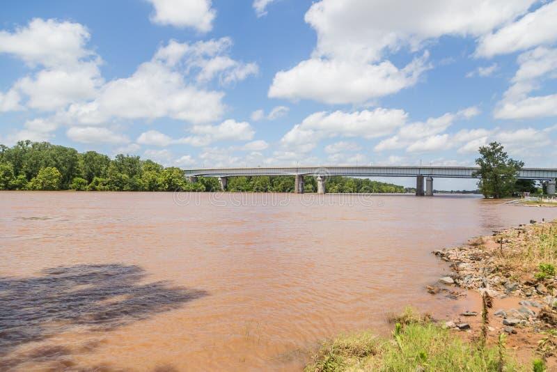 Red River inundado em Shreveport e na cidade mais bossier Louisiana foto de stock