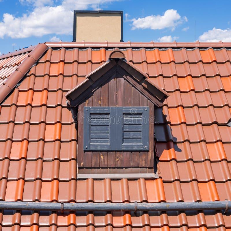 Red Roof holandês com trapeira e Windows fechado fotografia de stock