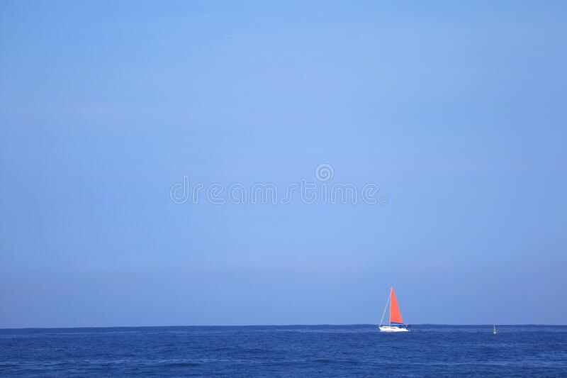 Red Sail Yacht in Sailing op de Deep Blue Ocean royalty-vrije stock foto's