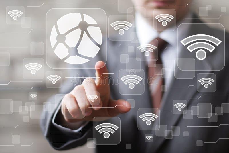 Red social Wifi de la tecnología global del botón del tacto del hombre de negocios imagen de archivo