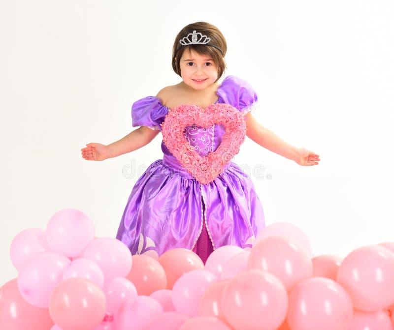 red steg Barndomlycka ungemode Liten miss i härlig klänning Barns dag Liten nätt barnhåll royaltyfria foton