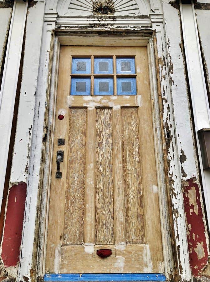 Red ut knäckte Front Door av det gamla huset under byggnad och att reparera för konstruktion det nya hemmet royaltyfria foton