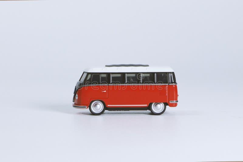 Red Volkswagen T1 Stervormig speelgoed op wit oppervlak stock afbeeldingen