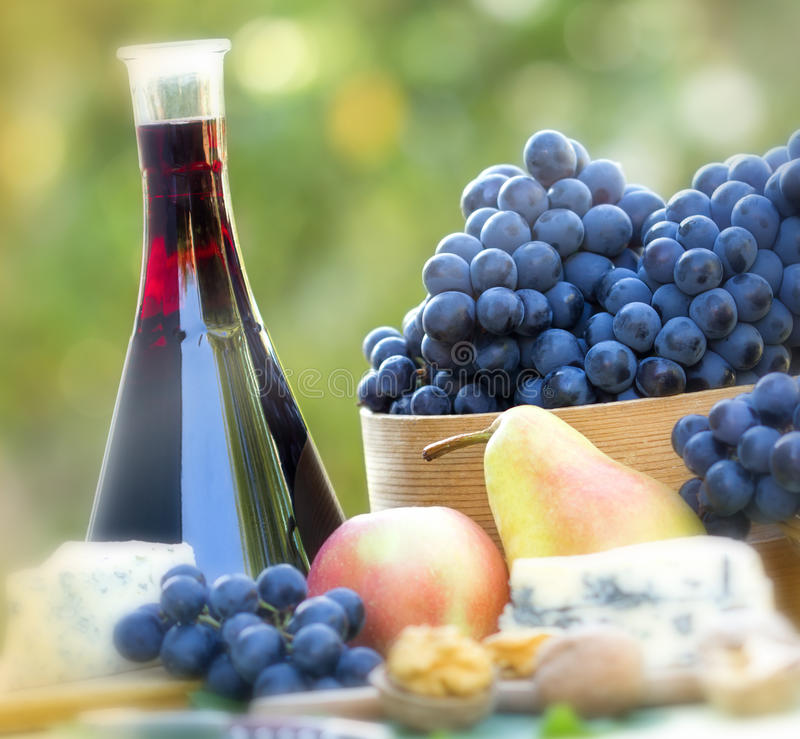 Free Red Wine And Red Grapes Royalty Free Stock Images - 26691439