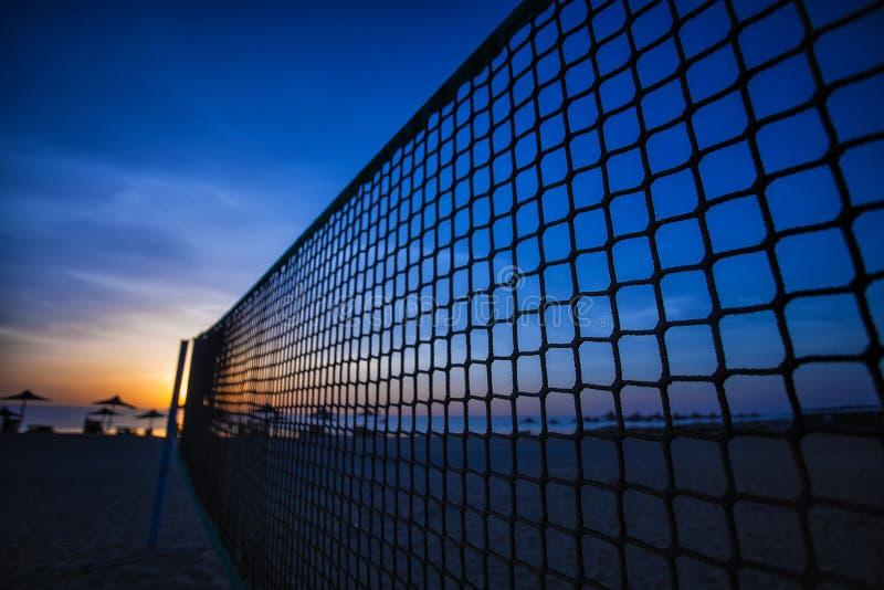 Red y salida del sol del voleibol en la playa fotos de archivo
