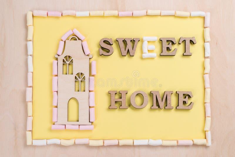 Redacte el hogar dulce de las letras de madera del extracto de la melcocha fotografía de archivo libre de regalías