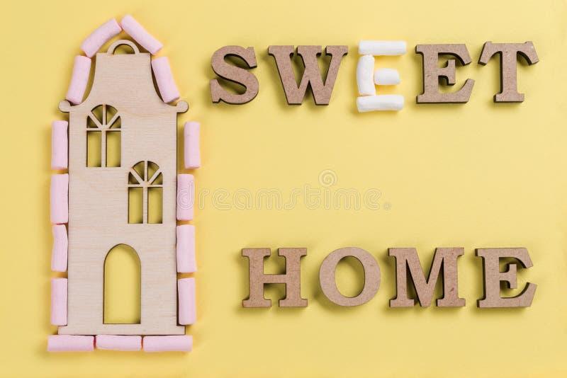 Redacte el hogar dulce de las letras de madera del extracto de la melcocha imagenes de archivo
