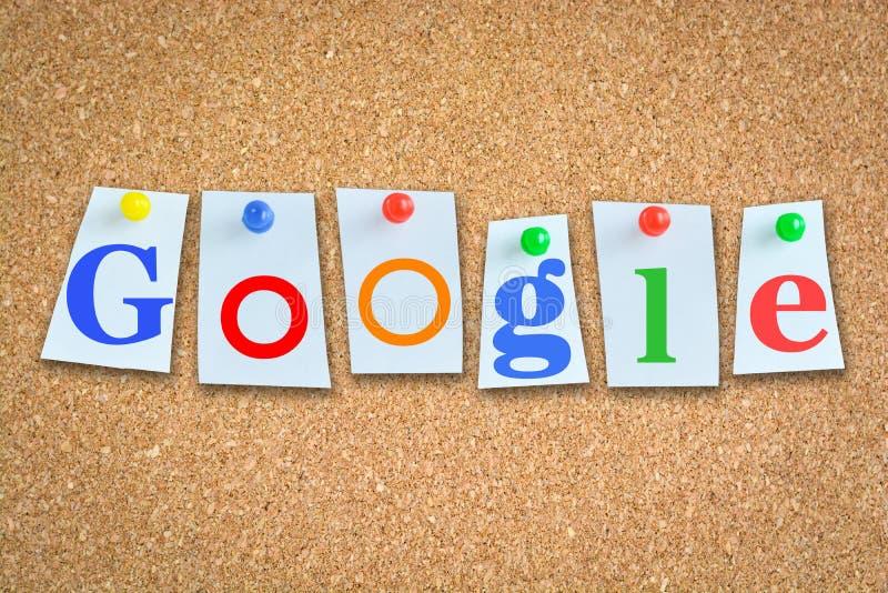 Redacte Google en la cartelera del corcho con los papeles y los pernos de la nota foto de archivo