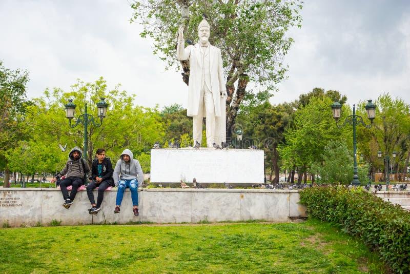 redactie April 2019 Thessaloniki, Griekenland Jonge Grieken dichtbij het Monument Eleftherios Venizelos op Vierkante Archeas-Agor stock afbeeldingen